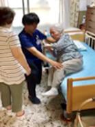 ご本人の能力を引き出した介助方法をご家族に指導します。