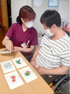 嚥下機能を含む高次脳機能障害を評価し、食形態や食事の介助方法、適切な関わり方を提案します。