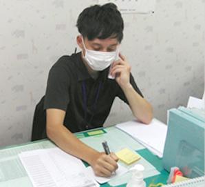 お昼の時間帯はスタッフ同士で電話の取り合い。利用者さん、家族さん、かかりつけ医、ケアマネジャーなど、情報交換する所がたくさん。